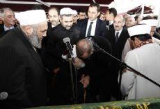 CUMHURBAŞKANI TANOBA'LI HOCASININ ELİNİ ÖPTÜ