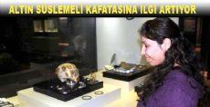Müzedeki Altın Süslemeli Kafatasına Kadın İlgisi